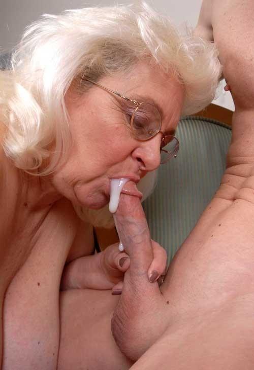 Elle mange le sperme qui ressort de la chatte - 3 part 8