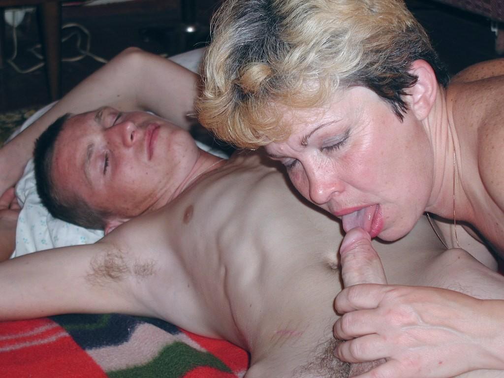 Бухая мама отсосала у юнного сына смотреть
